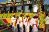 ವಿಜಯಪುರ: ಬಸ್ಸನ್ನು ಭರ್ಜರಿಯಾಗಿ ಸಿಂಗರಿಸಿ ರಾಜ್ಯೋತ್ಸವ ಆಚರಿಸಿದ ನಾಲತವಾಡ ನಿವಾಸಿಗಳು