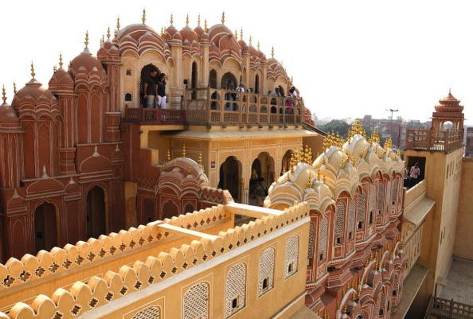 1799 ರಲ್ಲಿ ಜೈಪುರದ ಮಹಾರಾಜ ಸವಾಯಿ ಪ್ರತಾಪ್ ಸಿಂಗ್ ನಿರ್ಮಿಸಿರುವ ಈ ಕಟ್ಟಡವನ್ನು ಹವಾ ಮಹಲ್ ಎಂದೂ ಕೂಡ ಕರೆಯಲಾಗುತ್ತದೆ.