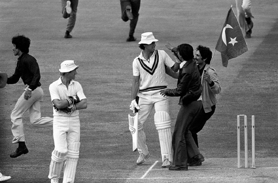 <strong>ನಾಯಕನಾಗಿ-</strong> 1982ರಲ್ಲಿ ಪಾಕಿಸ್ತಾನ ಕ್ರಿಕೆಟ್ ತಂಡದ ನಾಯಕನಾಗಿ ಆಯ್ಕೆ ಆದ ಇಮ್ರಾನ್ ಖಾನ್, ಆಲ್ರೌಂಡರ್ ಪ್ರದರ್ಶನ ನೀಡುತ್ತಿದ್ದರು. ಲಾರ್ಡ್ಸ್ನಲ್ಲಿ ನಡೆದ ಇಂಗ್ಲೆಂಡ್ ವಿರುದ್ಧದ ಟೆಸ್ಟ್ ಸರಣಿಯಲ್ಲಿ ಜಯಗಳಿಸಿ, 28 ವರ್ಷಗಳ ಬಳಿಕ ಇಂಗ್ಲೆಂಡ್ ವಿರುದ್ಧ ಪಾಕಿಸ್ತಾನಕ್ಕೆ ಗೆಲುವು ತಂದು ಕೊಟ್ಟರು.