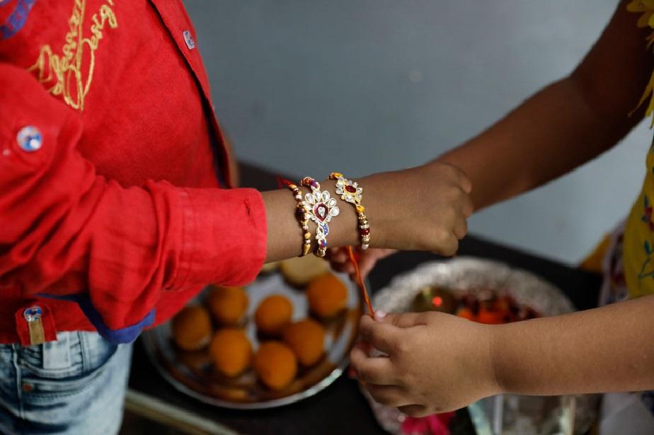 ಅಲಹಾಬಾದಿನಲ್ಲಿ ತಂಗಿಯೊಬ್ಬಳು ತನ್ನ ಅಣ್ಣನಿಗೆ ರಾಖಿ ಕಟ್ಟುತ್ತಿರುವ ದೃಶ್ಯ