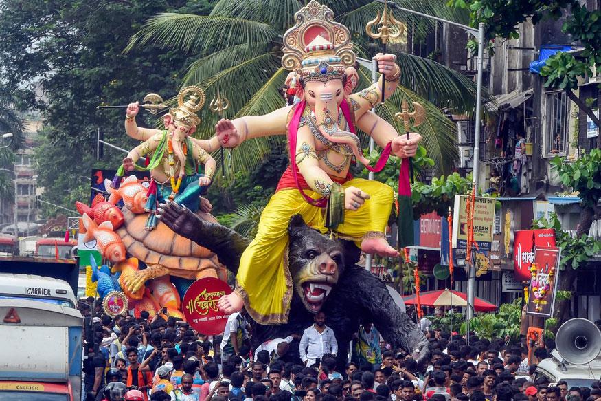 ಚತುರ್ಭುಜ: ಮಹಾನಗರ ಮುಂಬಯಿ ಮುಖ್ಯರಸ್ತೆಯಲ್ಲಿ ಗಣಪನ ತೇರು
