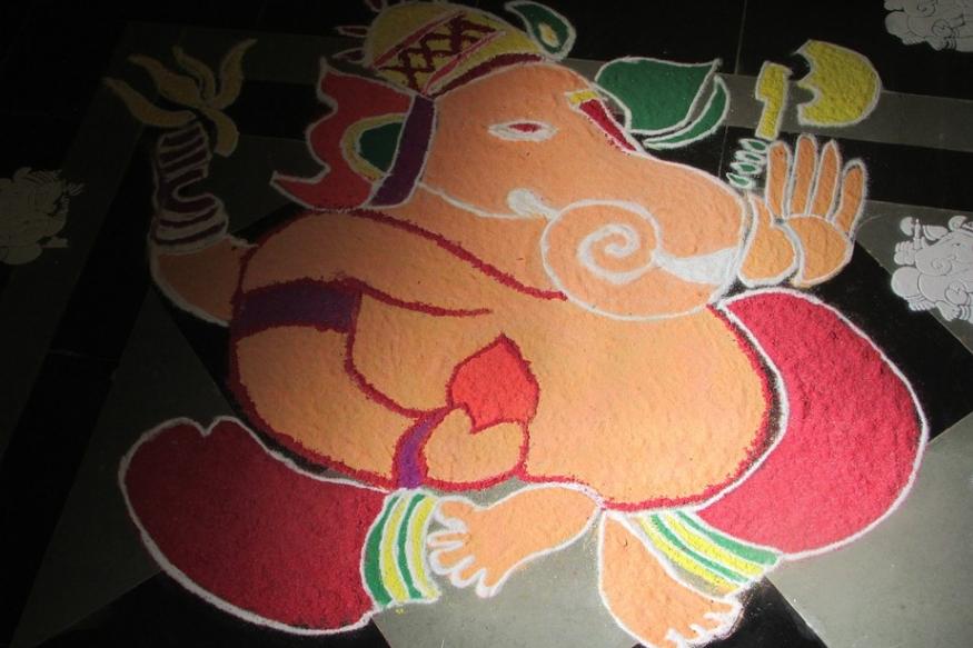 ರಂಗೋಲಿ ಗಣಪತಿ: ಗಣೇಶ ಚತುರ್ಥಿಯಂದು ವಿನಾಯಕನ ರಂಗೋಲಿಯನ್ನು ರಚಿಸಿ, ಪೂಜಿಸಬಹುದು. ನೈಸರ್ಗಿಕ ಬಣ್ಣಗಳನ್ನು ಬಳಸಿ ಇಂತಹ ರಂಗೋಲಿ ಬಿಡಿಸಿ ಅದನ್ನು ನೀರಿನಲ್ಲಿ ಪೂಜಾ ಕಾರ್ಯದೊಂದಿಗೆ ವಿಸರ್ಜಿಸುವುದು ಕೂಡ ಸುಲಭ ಉಪಾಯ.