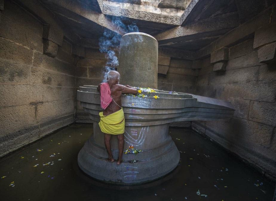 ಹಂಪಿಯ ಬಡವಿಲಿಂಗ ಪೂಜೆ ಮಾಡುತ್ತಿರುವ ಅರ್ಚಕ                                         ಚಿತ್ರ - ರಾಚಯ್ಯ ಹಂಪಿ