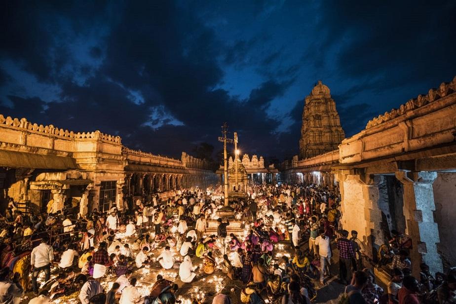 ದಕ್ಷಿಣಕಾಶಿ ಹಂಪಿಯ ಶ್ರೀ ವಿರುಪಾಕ್ಷ ಸನ್ನಿಧಿಯಲ್ಲಿ ಅಪಾರ ಭಕ್ತಗಣ