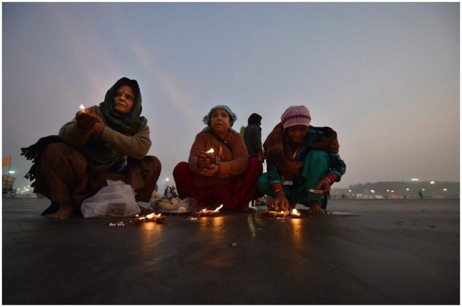 ಮಕರ ಸಂಕ್ರಮಣ ಹಬ್ಬದ ಮುನ್ನ ಸಾಗರ ದ್ವೀಪದಲ್ಲಿರುವ ಗಂಗಾ ಸಾಗರ ಮೇಳದ ಸಮಯದಲ್ಲಿ ದೀಪಗಳನ್ನು ಬೆಳಗುತ್ತಿರುವ ಮಹಿಳೆಯರು