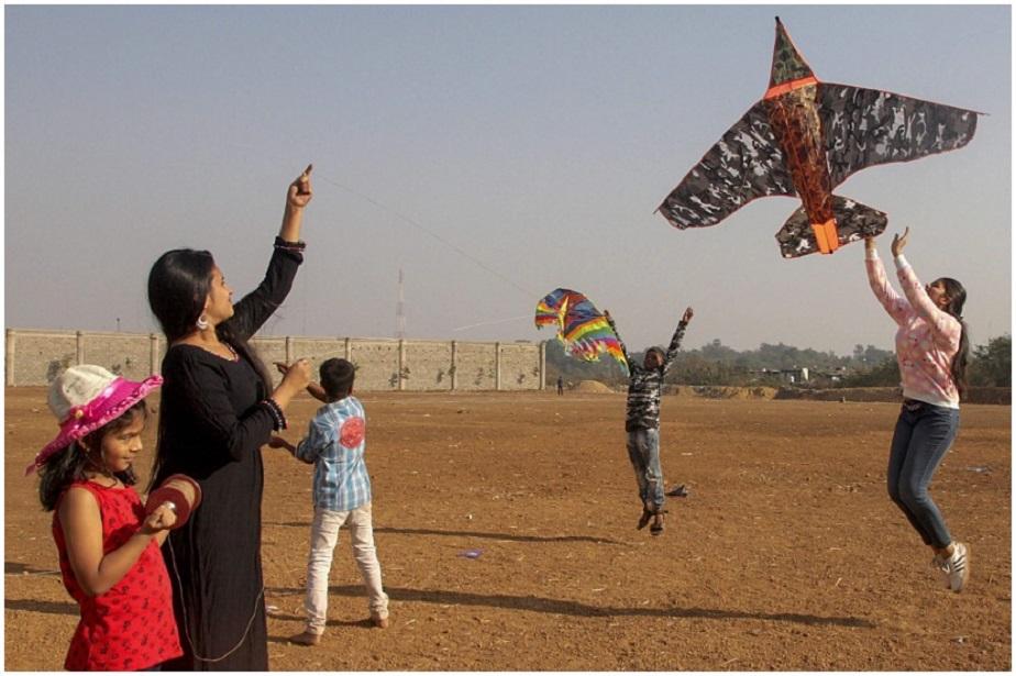 ಮಕರ ಸಂಕ್ರಾಂತಿ ಅಂಗವಾಗಿ ಮುಂಬೈನಲ್ಲಿ ಗಾಳಿ ಪಟವನ್ನು ಹಾರಿಸುತ್ತಿರುವ ಮಹಿಳೆಯರು, ಮಕ್ಕಳು