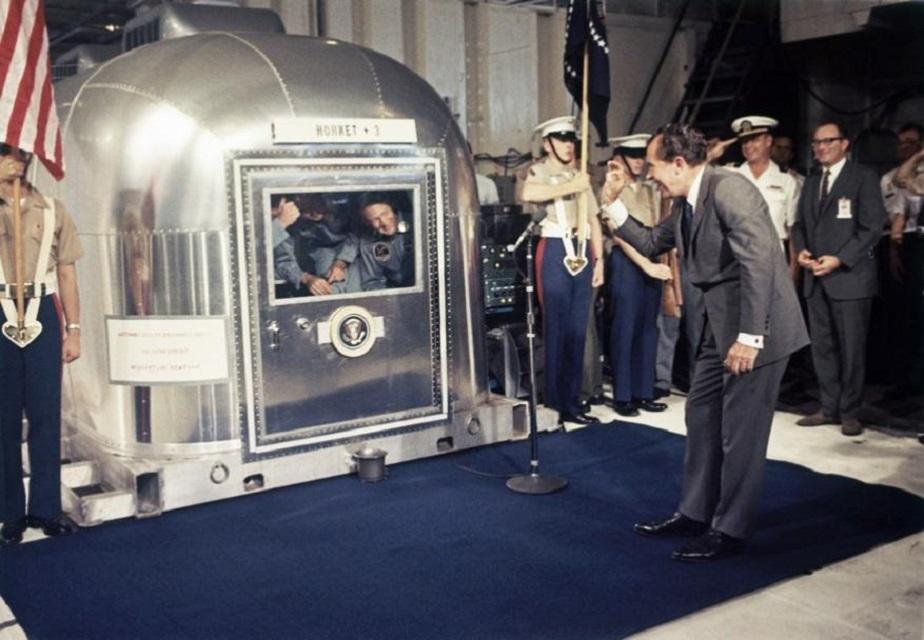 ಅಪೋಲೊ 11 ಮೂಲಕ ಚಂದ್ರಯಾನ ಯಶ್ವಸಿಗೊಳಿಸಿದ ನೀಲ್ ಆರ್ಮ್ ಸ್ಟ್ರಾಂಗ್, ಮೈಕಲ್ ಕಾಲಿನ್ಸ್, <b>ಬಜ್ ಆಲ್ಡ್ರಿನ್</b> ಅವರನ್ನು ಅಭಿನಂದಿಸುತ್ತಿರುವ ಆಗಿನ ಅಧ್ಯಕ್ಷ ರಿಚರ್ಡ್ ನಿಕ್ಸನ್