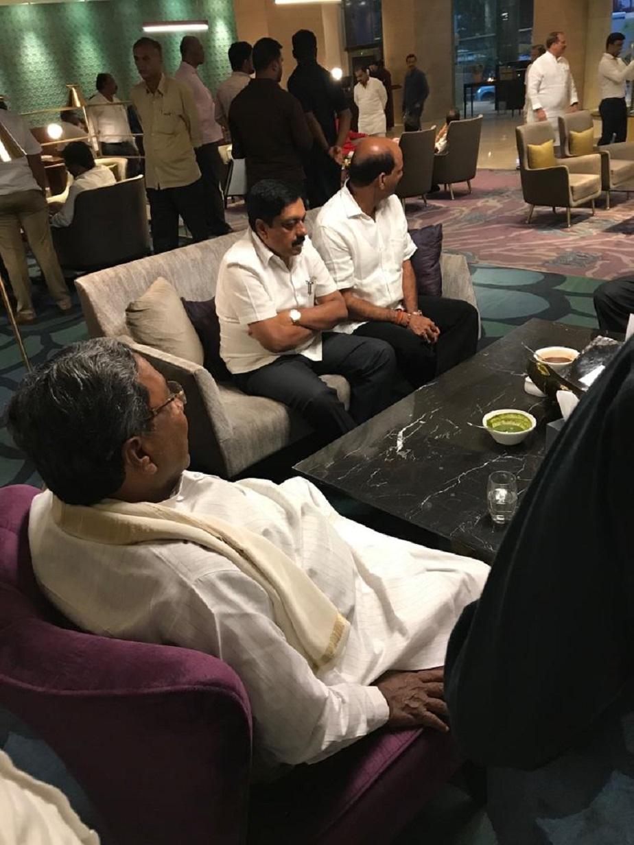 ನಾಯಕರುಗಳೊಂದಿಗೆ ಚರ್ಚೆಯಲ್ಲಿ ಮಾಜಿ ಸಿಎಂ ಸಿದ್ದರಾಮಯ್ಯ