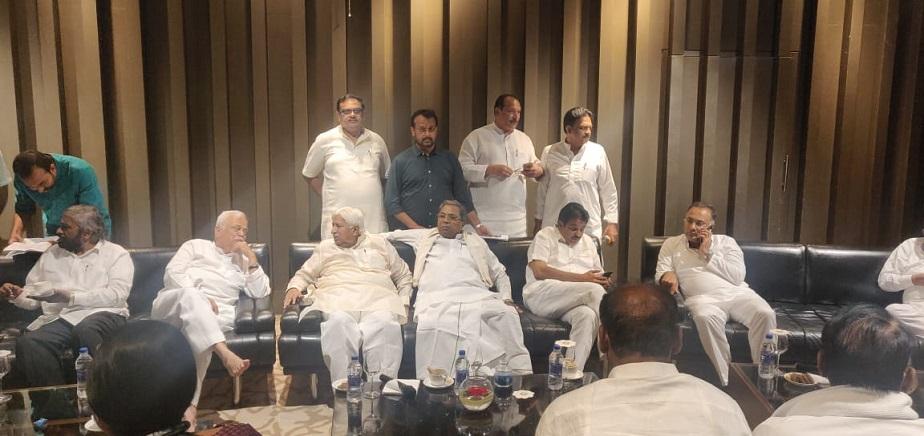 ರಾಜ್ಯ ಕಾಂಗ್ರೆಸ್ ಉಸ್ತುವಾರಿ ಕೆ.ಸಿ ವೇಣುಗೋಪಾಲ್ ಅವರೊಂದಿಗೆ ಚರ್ಚೆಯಲ್ಲಿ ಕೈ ನಾಯಕರು